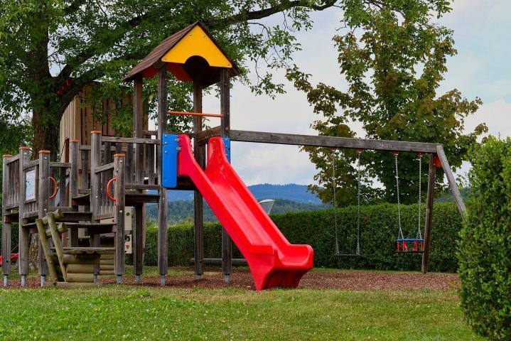 Игровая площадка на дачу: как устроить лучшее лето ребенку?